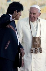 8jul2015---papa-francisco-ouve-o-presidente-da-bolivia-evo-morales-na-recepcao-no-aeroporto-internacional-de-el-alto-morales-presentou-o-papa-com-uma-bolsa-feita-com-tecidos-de-alpaca-e-enfei